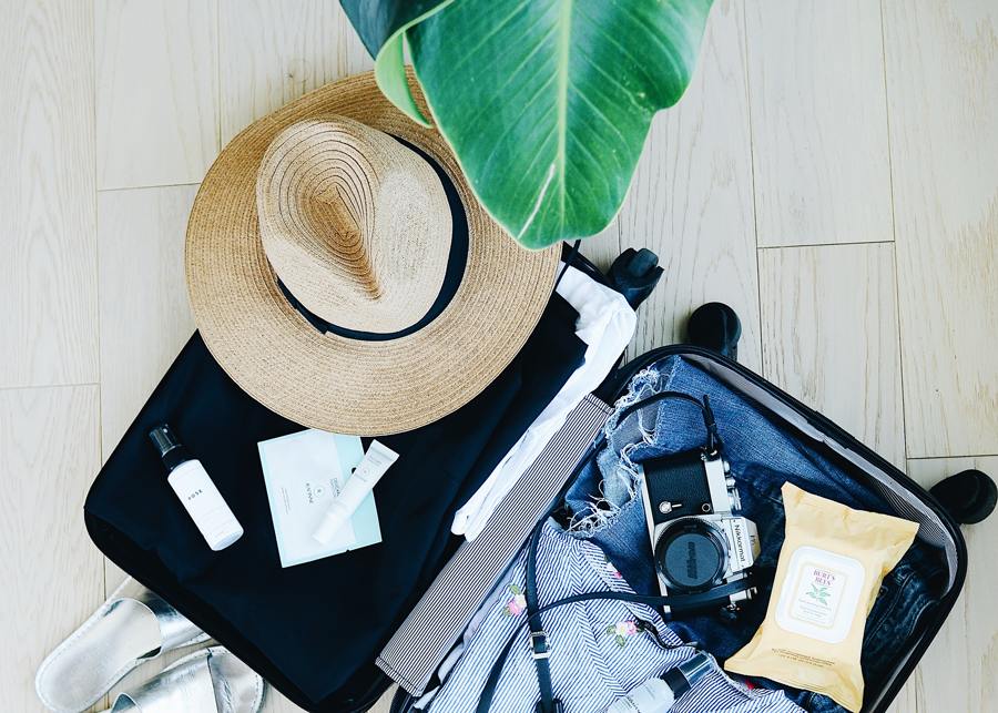gepackter Koffer und ein Hut