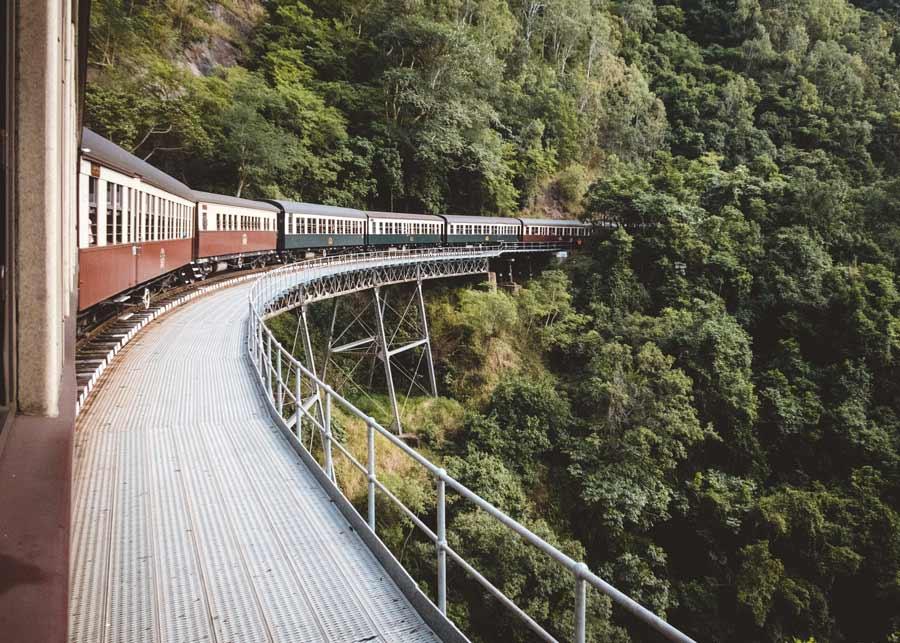 EisenbahnZug auf einer Brücke