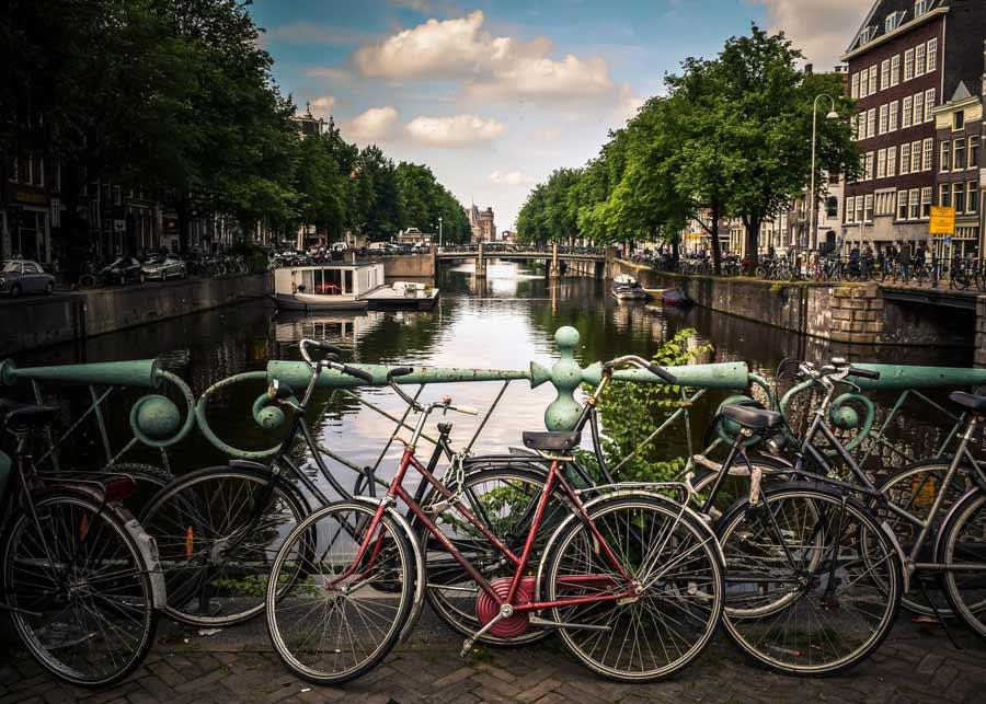 Urlaubsort mit Fluss und Rädern