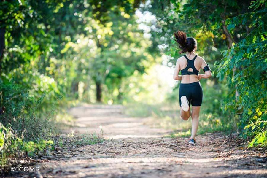 Laufende Frau in einem Wald