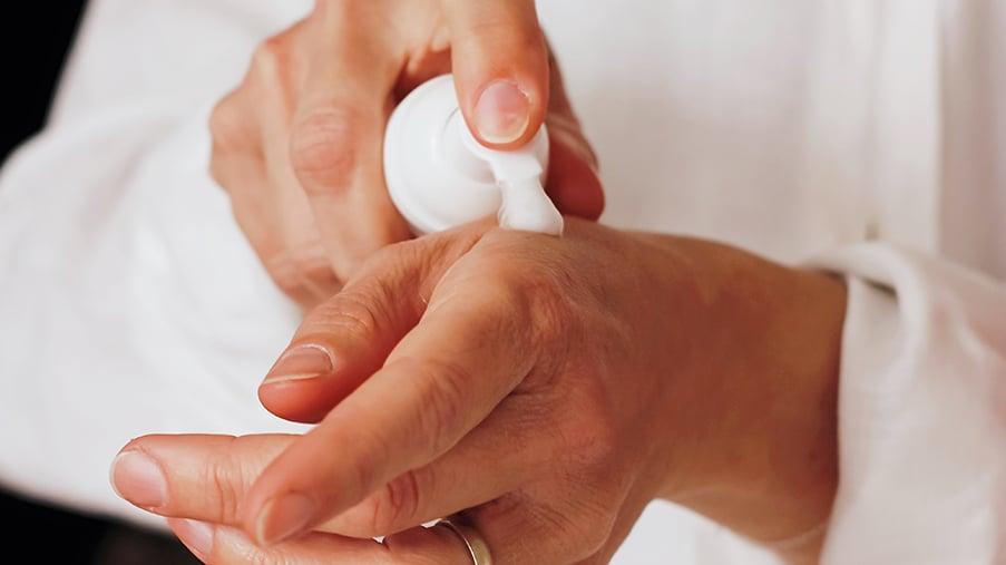 Applikation eines Kosmetikproduktes auf der Hand